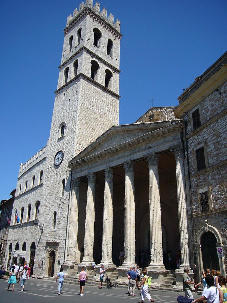 Assisi_Piazza del Comune e Tempio della Minerva