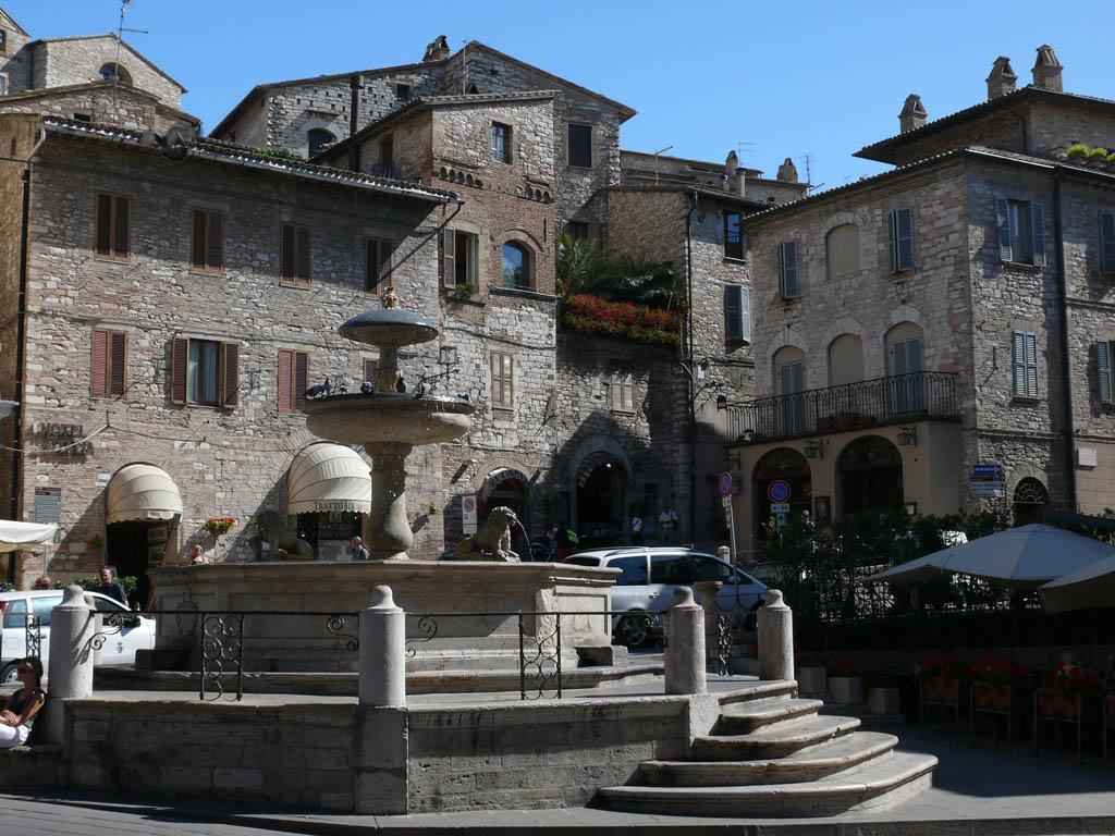Assisi_Fontana dei Tre Leoni